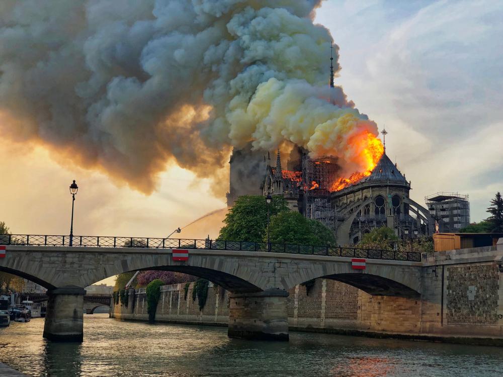 Brand in de Notre-Dame!